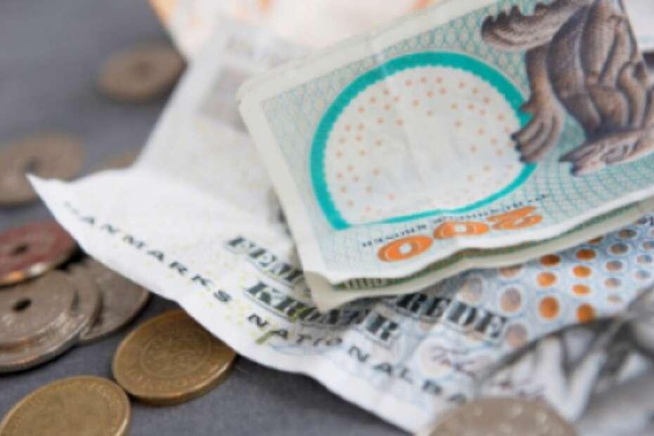Yngre kvinde tog glemte penge i pengeautomat