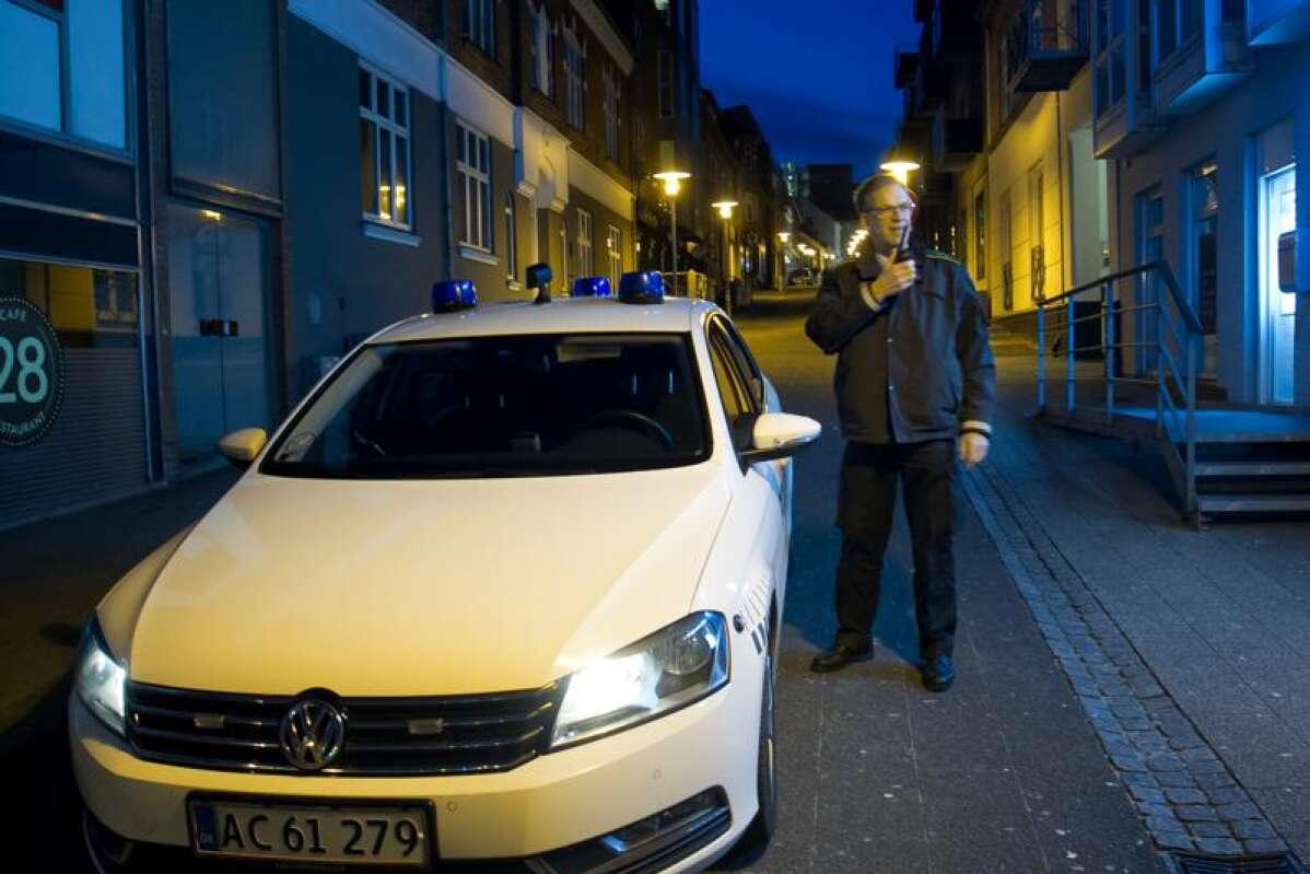 Taget på fersk gerning: 19-årig tissede på politibil