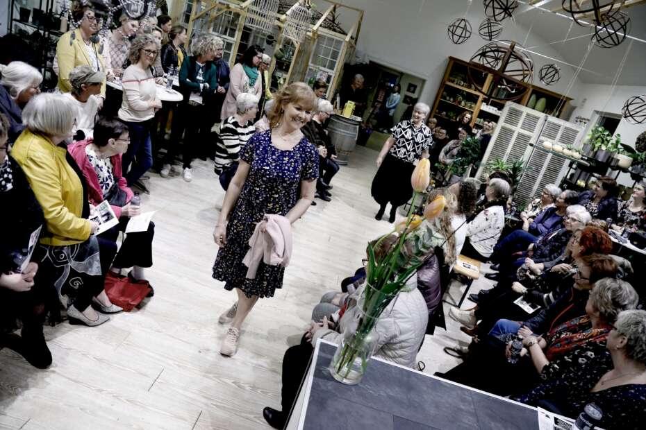 f74351c2420 Modeshow med nærvær samlede ind til lokalt plejehjem | Herning Folkeblad